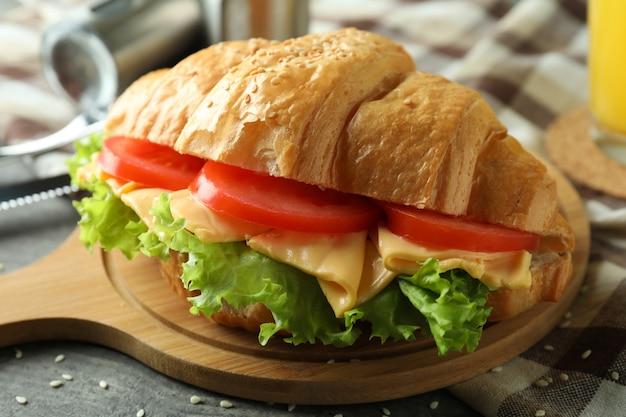 クロワッサンサンドイッチでおいしい食事のコンセプト、クローズアップ