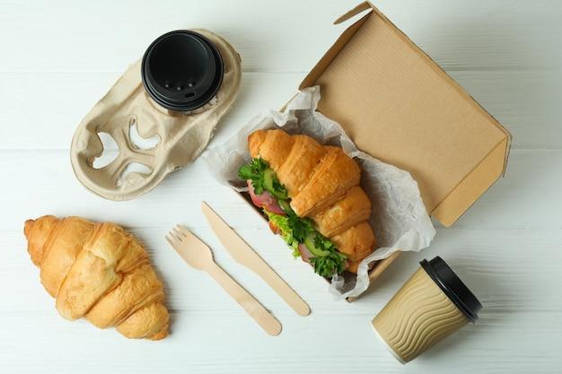 クロワッサンサンドイッチ、上面図でおいしい食事の概念