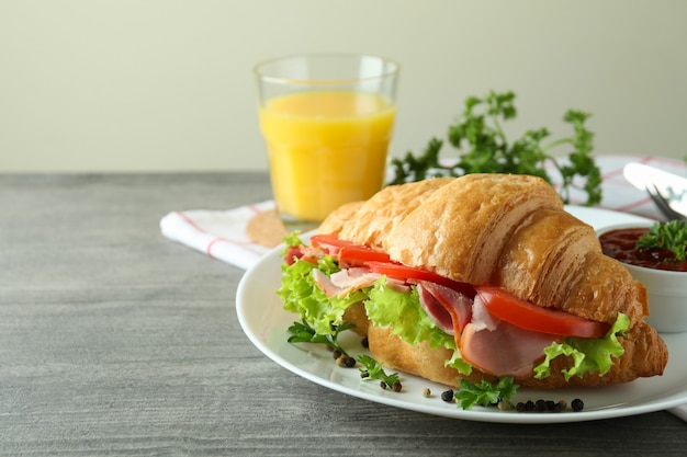 크로 샌드위치와 함께 맛있는 식사의 개념