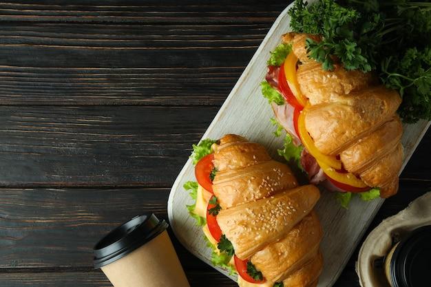 クロワッサンサンドイッチでおいしい食事のコンセプト