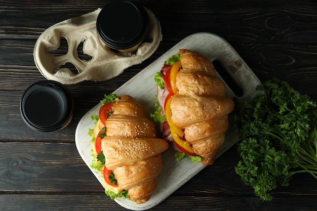 크루아상 샌드위치, 상위 뷰와 함께 맛있는 식사의 개념