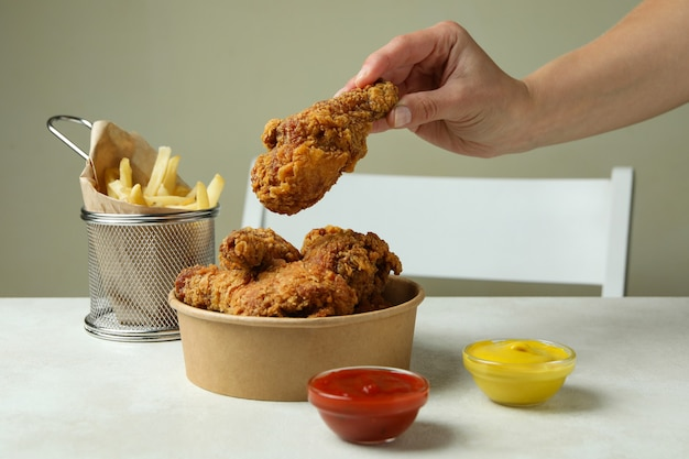 흰색 질감 테이블에 튀긴 닭고기와 함께 맛있는 식사의 개념