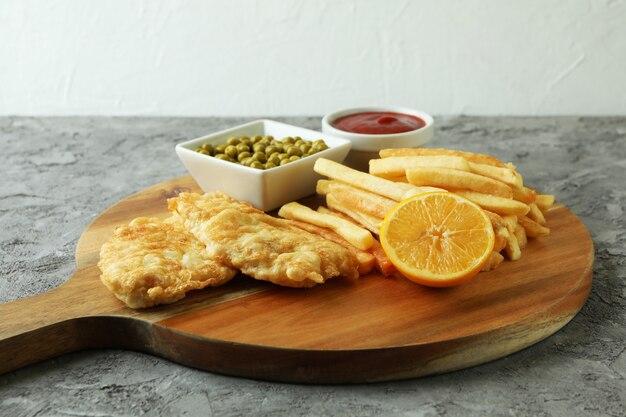 Концепция вкусной еды с жареной рыбой и жареной картошкой