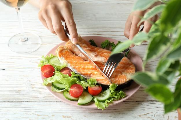 구운 연어와 함께 맛있는 식사의 개념을 닫습니다.