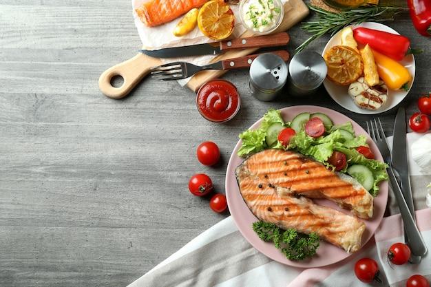Концепция вкусной еды с жареным лососем, место для текста