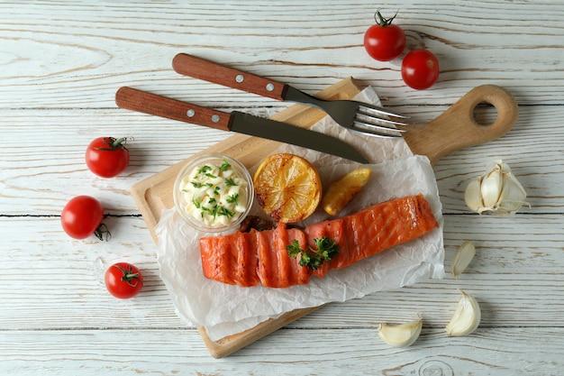 Концепция вкусной еды с жареным лососем, вид сверху