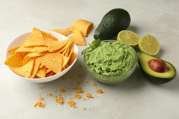 흰색 질감 배경에 아보카도 소스와 칩 맛있는 식사의 개념