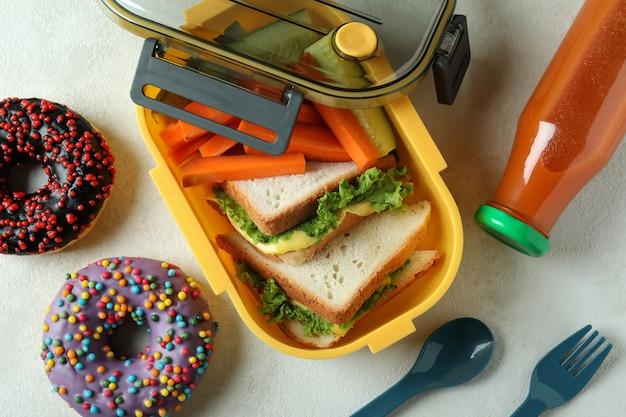 Концепция вкусной еды с ланч-боксом на белом текстурированном столе
