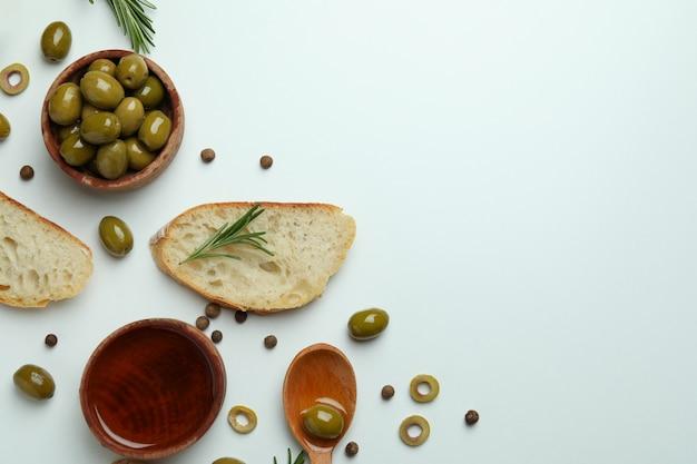화이트 올리브 오일과 함께 맛있는 식사의 개념