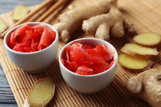 木製のテーブルに生姜のピクルスと箸を使ったおいしい食事のコンセプト