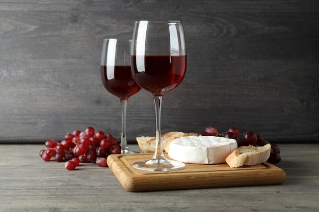 회색 질감 테이블에 적포도주와 함께 맛있는 식사의 개념