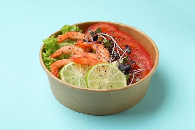 青の背景にエビのサラダと一緒においしい食事のコンセプト