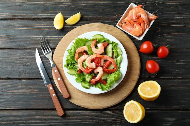 木製のテーブルにエビのサラダを添えておいしい食事のコンセプト