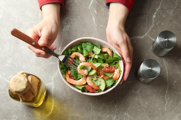 새우 샐러드와 함께 맛있는 식사의 개념, 평면도
