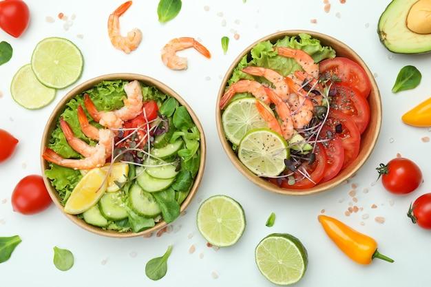 白い背景にエビのサラダと一緒においしい食事のコンセプト