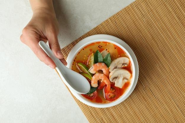 흰색 질감 배경에 톰 얌 수프와 함께 맛있는 식사의 개념