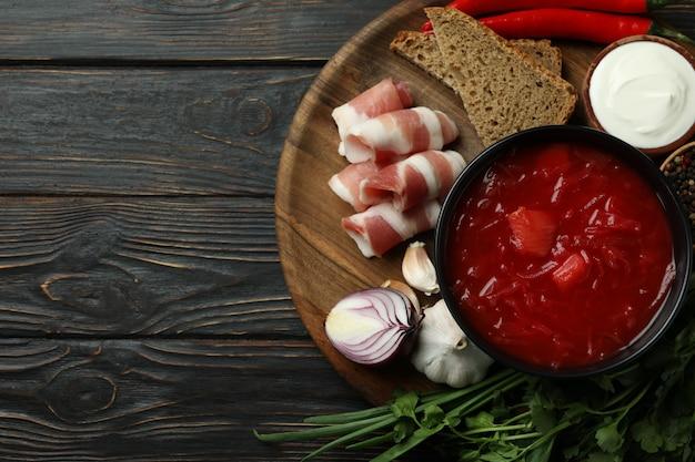 Концепция вкусной еды с борщом и ингредиентами на деревянных