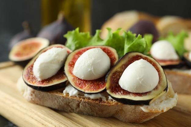 Концепция вкусной еды с брускеттой с инжиром, крупным планом