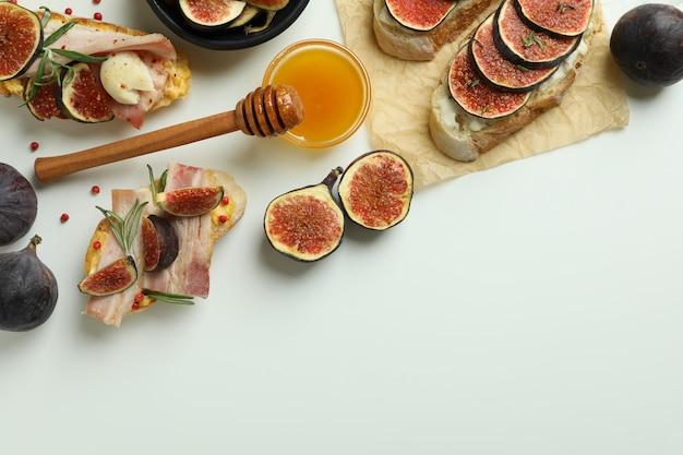 Концепция вкусной еды с брускеттой с инжиром на белом фоне