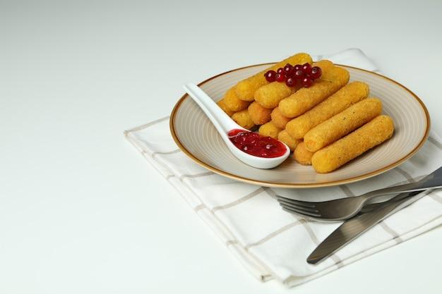 Концепция вкусной еды с сырными палочками на белом фоне