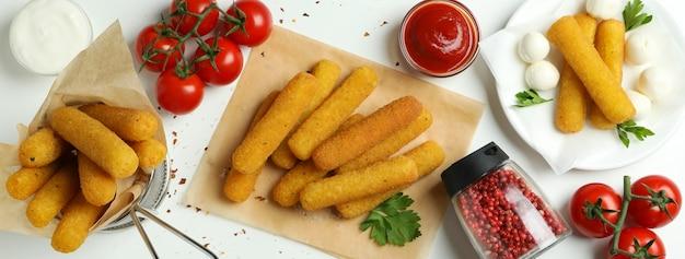 흰색 바탕에 치즈 스틱을 넣은 맛있는 음식의 개념