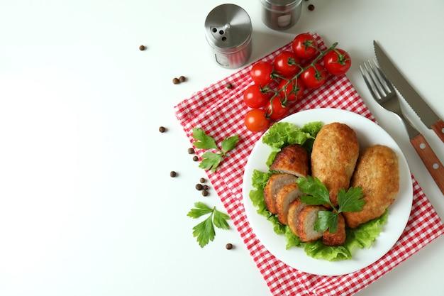 Концепция вкусной еды с котлетами на белом фоне