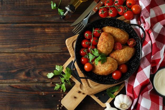 Концепция вкусной еды с котлетами на деревянном столе