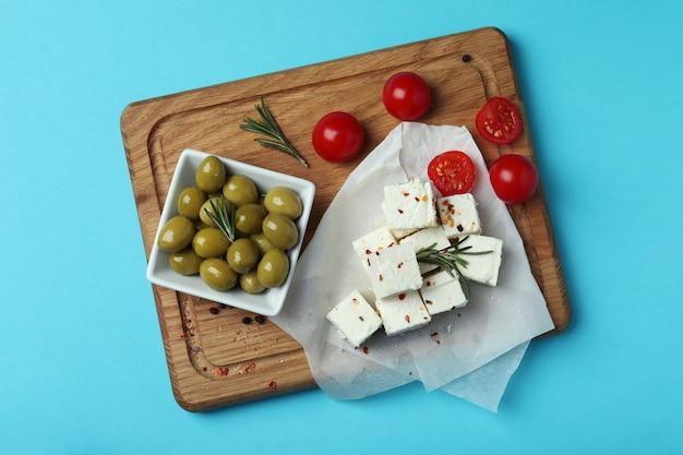 Концепция вкусной еды с сыром фета на синем