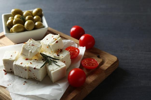 Концепция вкусной еды с сыром фета на темном деревянном