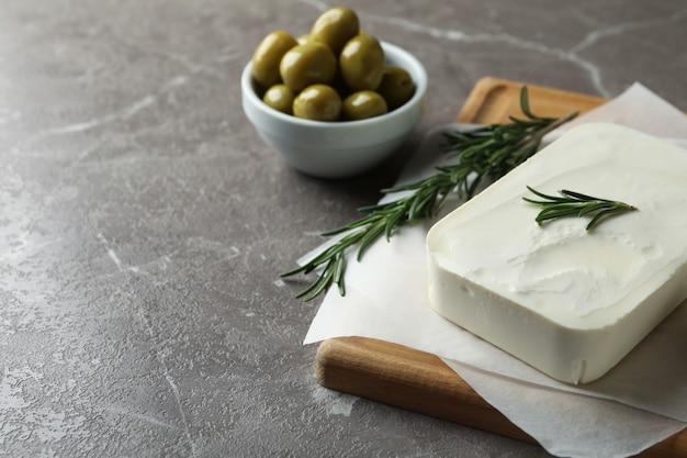 Концепция вкусной еды с сыром фета на серой текстуре