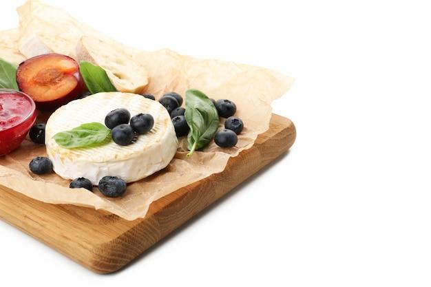 白い背景で隔離のグリルカマンベールとおいしい料理のコンセプトです。