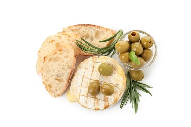 Концепция вкусной еды с жареным камамбером, изолированным на белом фоне.