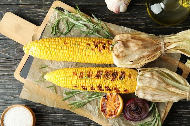 구운 옥수수와 함께 맛있는 음식의 개념