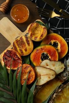 나무 배경에 구운 과일과 함께 맛있는 음식의 개념.