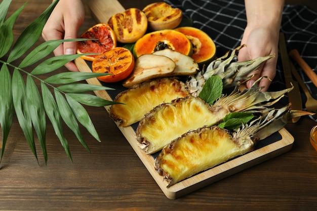Концепция вкусной еды с жареными фруктами на деревянных фоне.