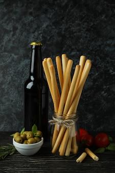 木製のテーブルにグリッシーニブレッドスティックとおいしい料理のコンセプト