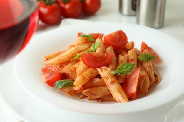 白地にトマトソースのパスタとおいしい料理のコンセプト