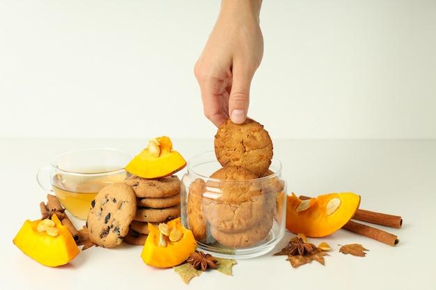 Концепция вкусной еды с тыквенным печеньем на белом столе.