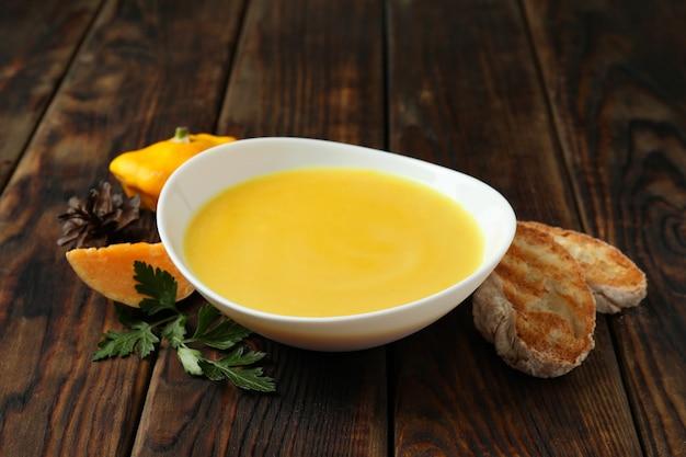 나무 테이블에 호박 수프와 함께 맛있는 음식의 개념
