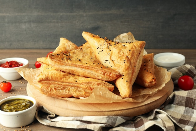 木製のテーブルにサムサとおいしい料理の概念