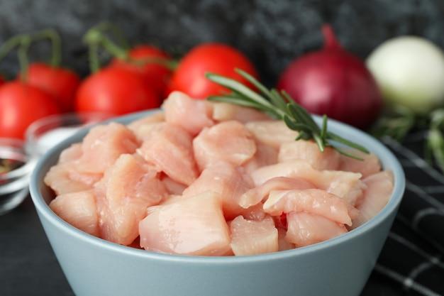 生の鶏ササミのスライスとおいしい料理のコンセプト、クローズアップ