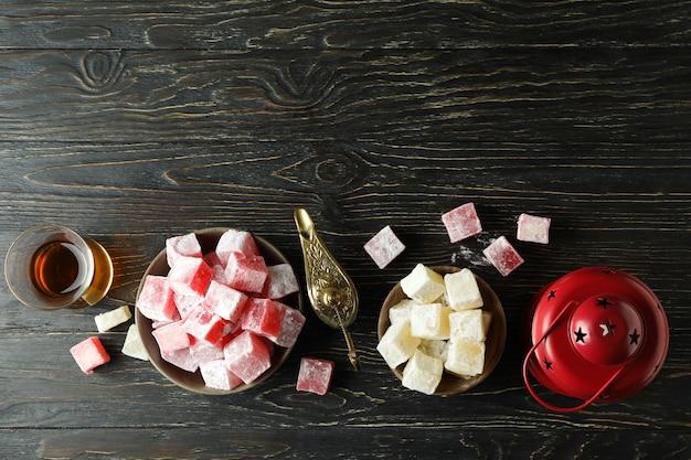 Концепция вкусной еды с рахат-лукумом на деревянном столе