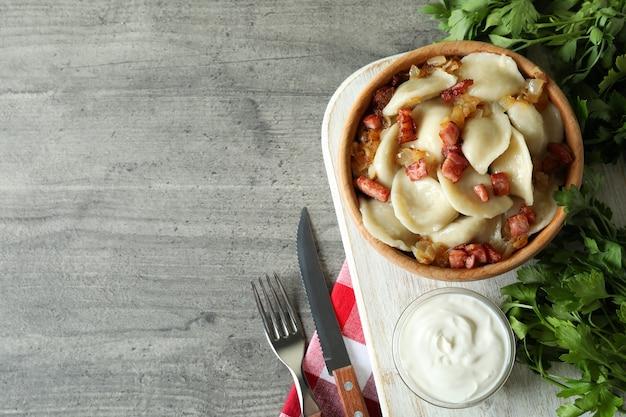 Концепция вкусной еды с варениками или варениками на сером текстурированном столе
