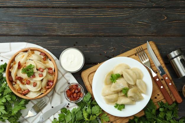 나무 테이블에 vareniki 또는 pierogi와 함께 맛있는 음식의 개념