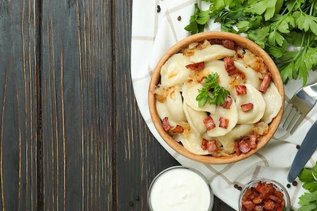 Концепция вкусной еды с варениками или варениками на деревянном столе