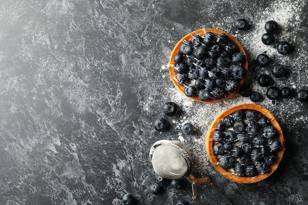 暗いテーブルにブルーベリーパイとおいしいランチのコンセプト