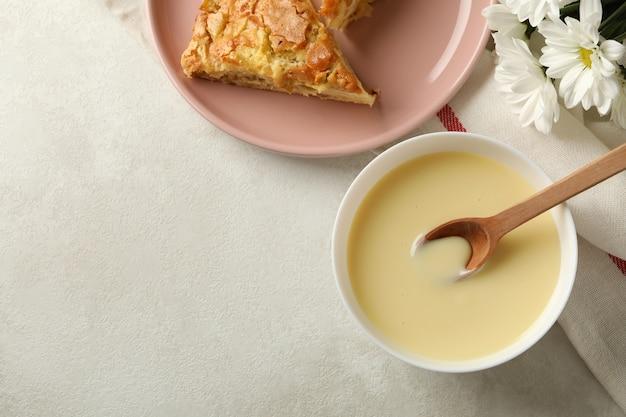 Концепция вкусного обеда с миской сгущенного молока