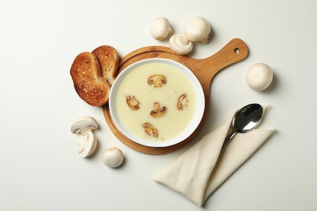 Концепция вкусного обеда с миской грибного супа на белом