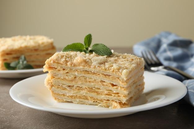 灰色のテーブルにナポレオンケーキとおいしいランチのコンセプト
