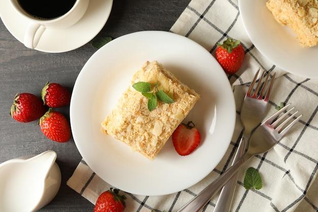 회색 나무 표면에 나폴레옹 케이크와 함께 맛있는 점심의 개념